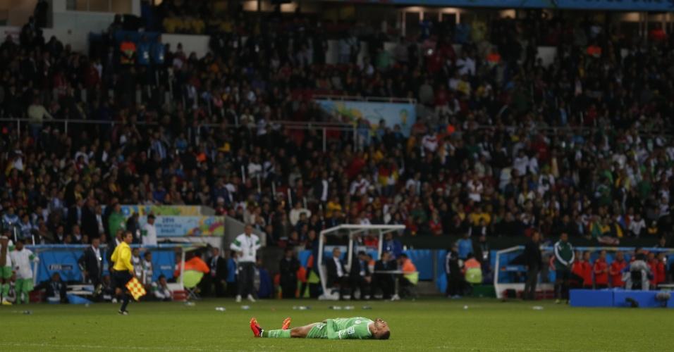 30.jun.2014 - Argelino Slimani fica caído no gramado após a derrota para a Alemanha por 2 a 1, que eliminou os africanos nas oitavas de final da Copa