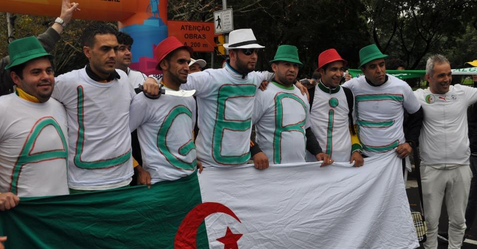 30.jun.2014 - Argelinos chegam em grupo ao Beira-Rio para assistir à partida contra a Alemanha, pelas oitavas de final da Copa