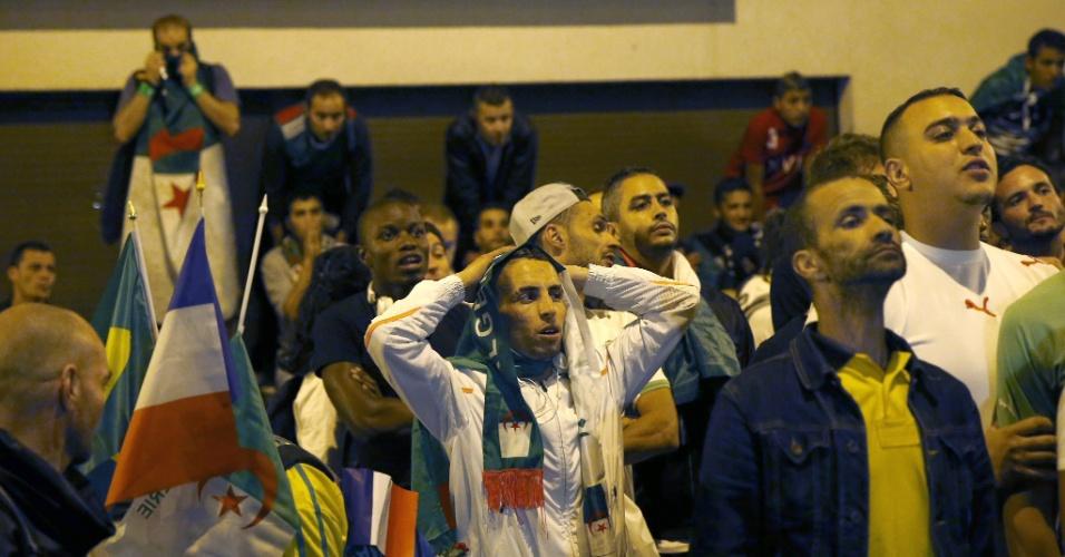 Argelinos na França lamentam gol sofrido para a Alemanha durante prorrogação das oitavas de final