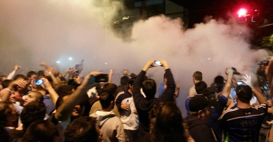 Argentinos chegam cantando e trazendo fumaça à Vila Madalena