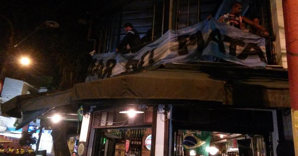 Argentinos estendem faixa em bar da Vila Madalena, zona oeste de São Paulo