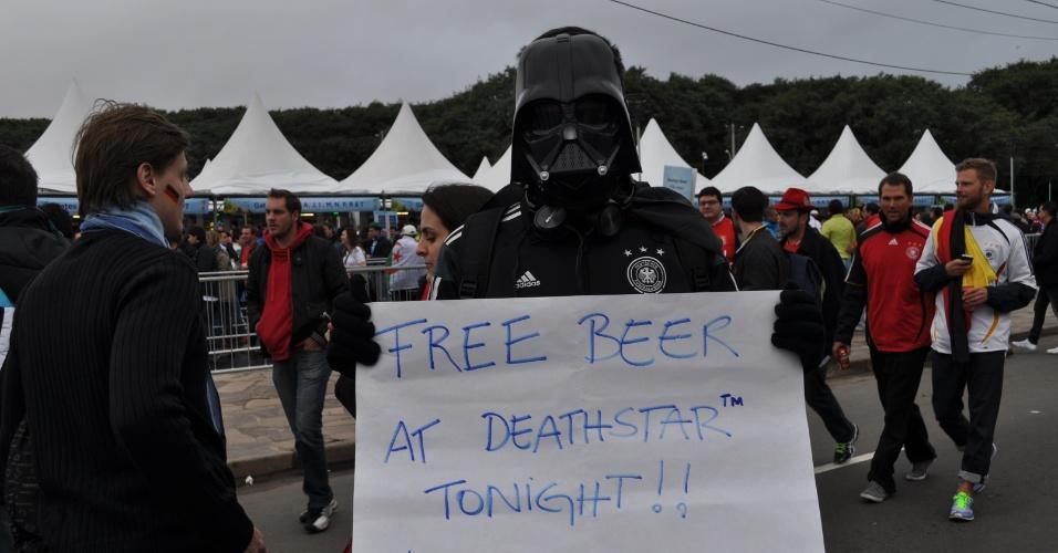 30.jun.2014 - Até o Darth Vader foi ao Beira-Rio para o jogo entre Alemanha e Argélia. E fez um pedido: cerveja de graça