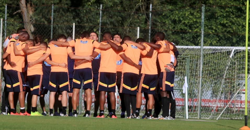 Atletas da seleção da Colômbia mostram união antes de treinamento da equipe, em Cotia