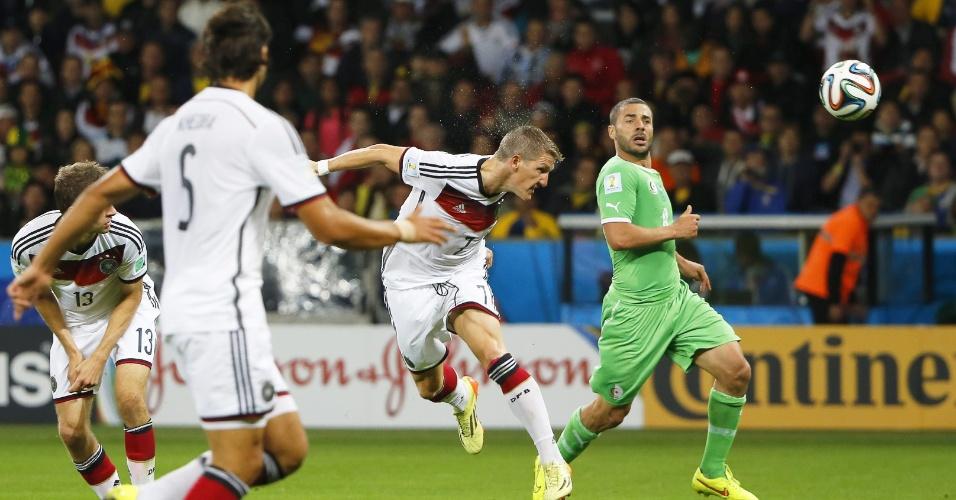 30.jun.2014 - Bastian Schweinsteiger cabeceia e quase marca para a Alemanha contra a Argélia