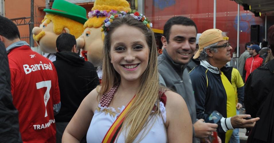 30.jun.2014 - Bela torcedora aguarda para entrar no Beira-Rio e assistir à partida entre Alemanha e Argélia