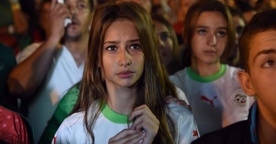 Bela torcedora argelina fica angustiada durante oitavas de final contra a Alemanha