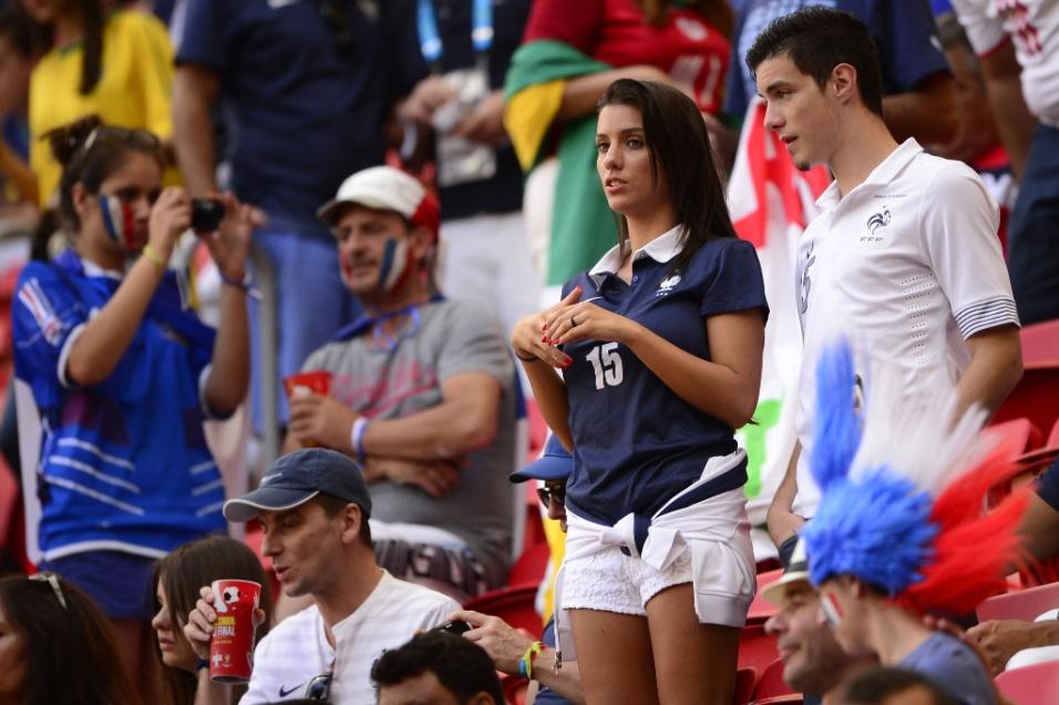 30.jun.2014 - Bela torcedora da França aguarda o início do jogo contra a Nigéria