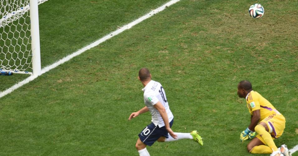 30.jun.2014 - Benzema, da França, finaliza na saída de Vincent Enyeama, mas a defesa da Nigéria tira a bola quase em cima da linha