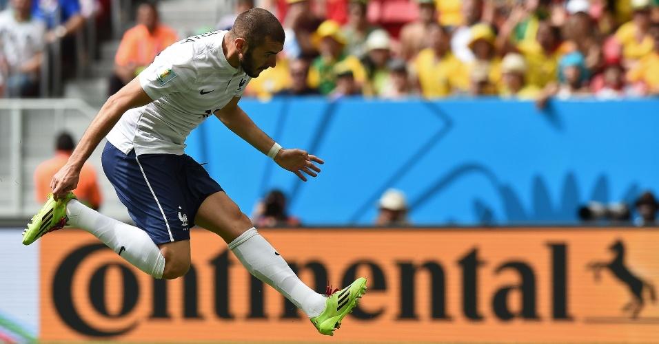 30.jun.2014 - Benzema fez até pose, mas não encontrou a bola após cruzamento e perdeu boa chance de marcar