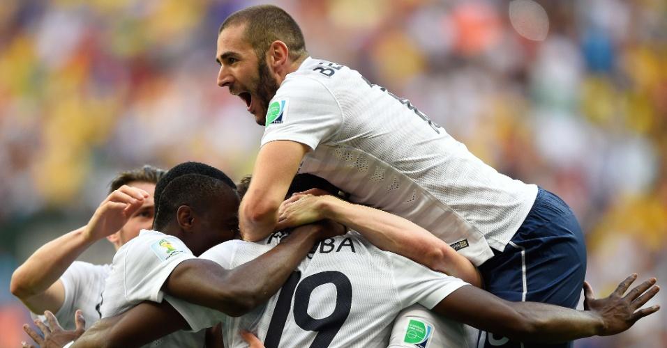 Benzema pula em cima de seus companheiros de França após o primeiro gol na vitória por 2 a 0 sobre a Nigéria, no Mané Garrincha