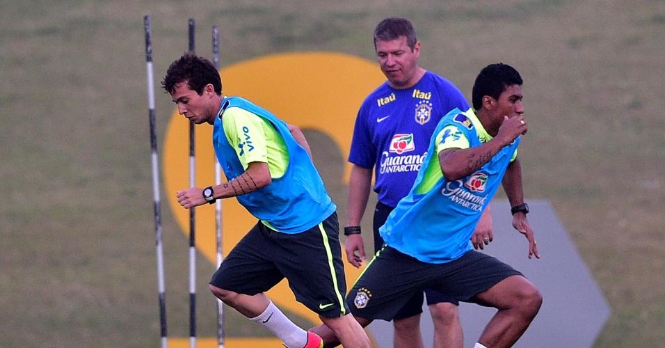 Bernard (esq.) e Paulinho fazem treino físico na Granja Comary. Equipe volta a campo na sexta para encarar a Colômbia
