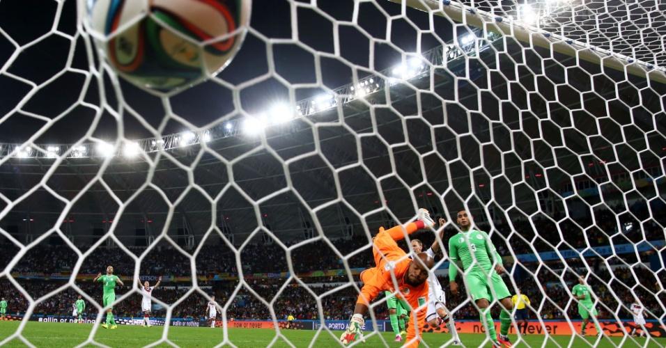 30.jun.2014 - Bola vai morrer no fundo da rede após desvio de Schürrle, que colocou a Alemanha na frente do placar contra a Argélia