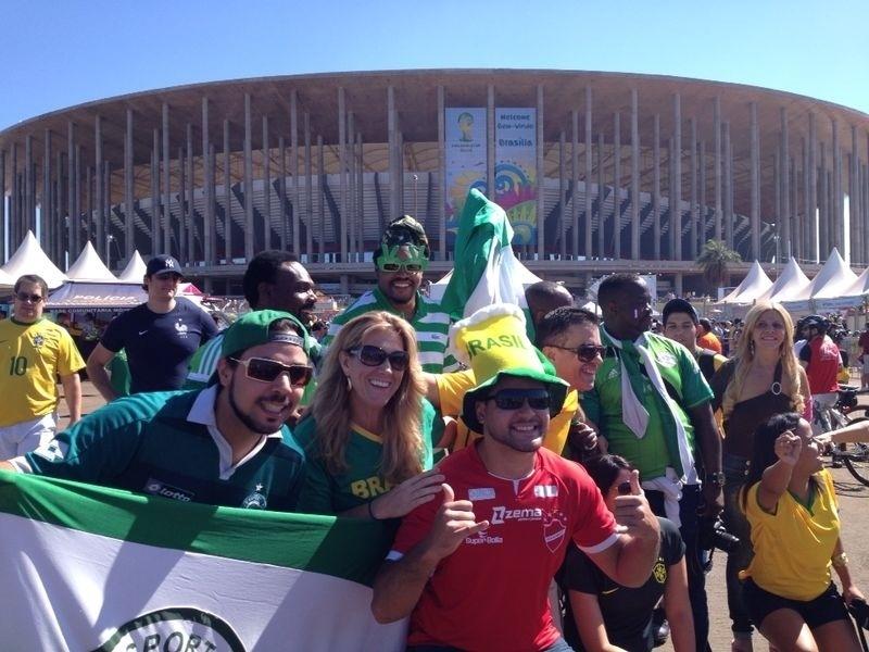 30.jun.2014 - Brasileiros também comparecem no estádio Mané Garrincha para assistir à França e Nigéria