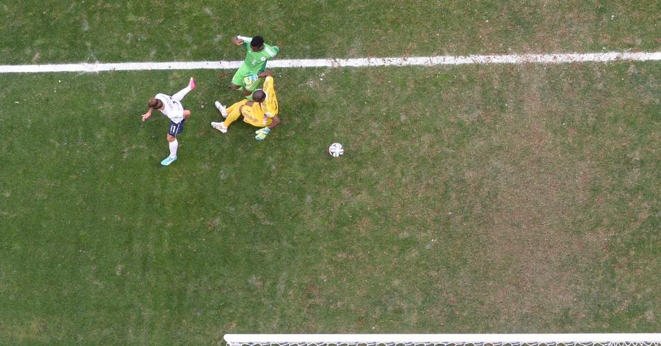 30.jun.2014 - Câmera aérea mostra o gol contra do nigeriano Joseph Yobo, que fechou a vitória francesa por 2 a 0 no Mané Garrincha