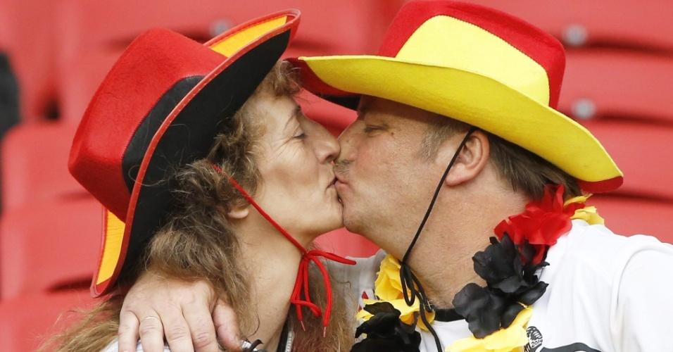 30.jun.2014 - Casal alemão se beija na arquibancada do Beira-Rio antes da partida entre Alemanha e Argélia, pelas oitavas de final