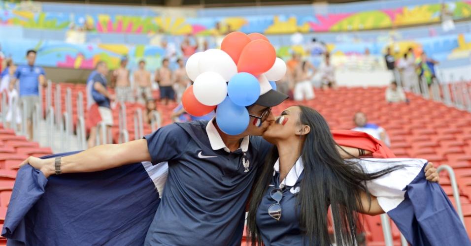 30.jun.2014 - Casal de torcedores da França em clima de romance no Mané Garrincha