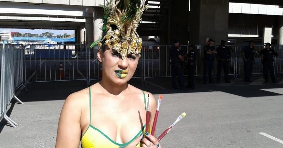 Claudia Mattos pinta torcedores no Itaquerão antes de jogos da Copa do Mundo