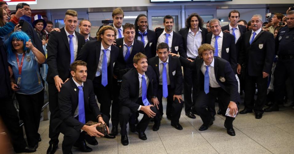 Delegação da seleção do Uruguai chega ao Aeroporto Internacional de Montevidéu após eliminação da Copa