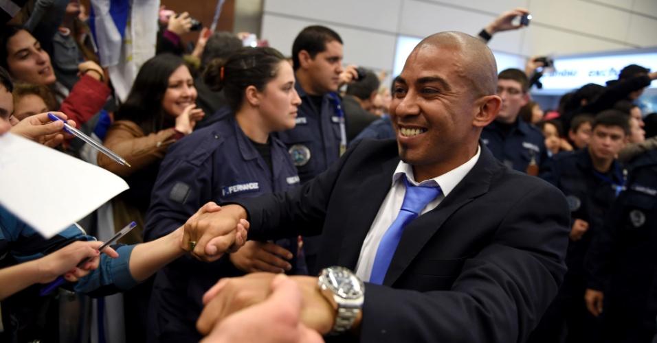 Egidio Arevalo, do Uruguai, cumprimenta torcedores em chegada da seleção uruguaia ao Aeroporto Internacional de Montevidéu