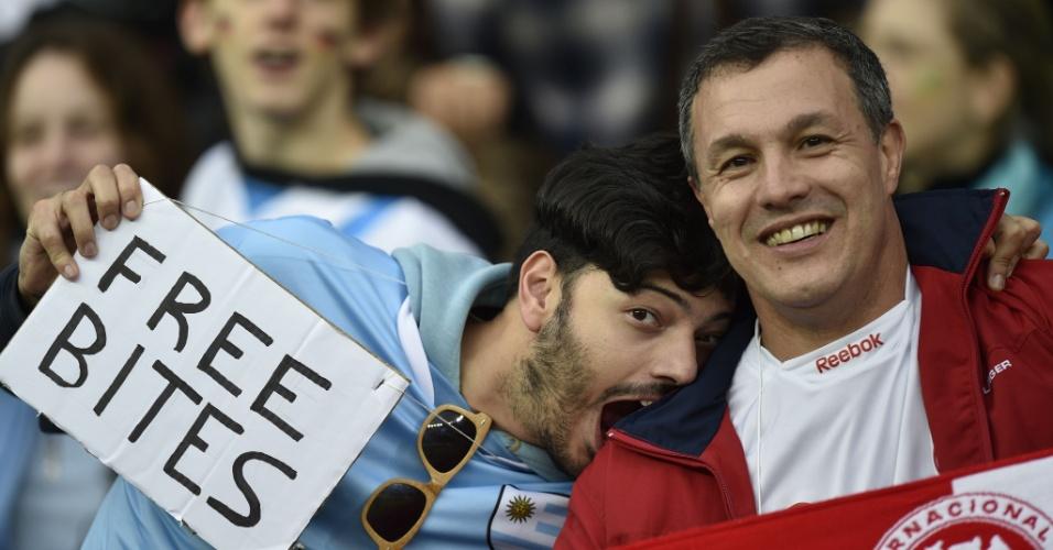 30.jun.2014 - Em referência ao uruguaio Luis Suárez, torcedor morde ombro de seu amigo no Beira-Rio