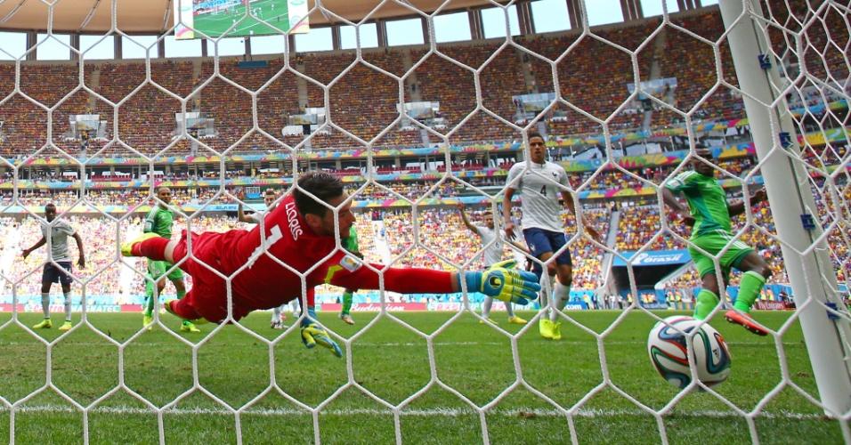 30.jun.2014 - Emenike aproveita cruzamento e marca para a Nigéria, mas o árbitro marca impedimento e anula o gol contra a França