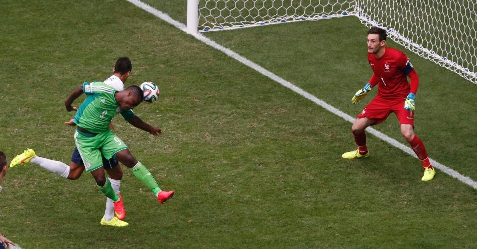 30.jun.2014 - Emmanuel Emenike, da Nigéria, tentar marcar, mas não consegue impedir a derrota para a França por 2 a 0 no Mané Garrincha
