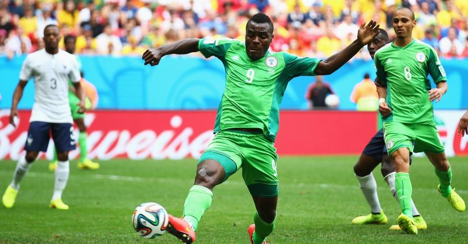 30.jun.2014 - Emmanuel Emenike desvia a bola e marca para a Nigéria, mas o árbitro Mark Geiger anula o lance por impedimento