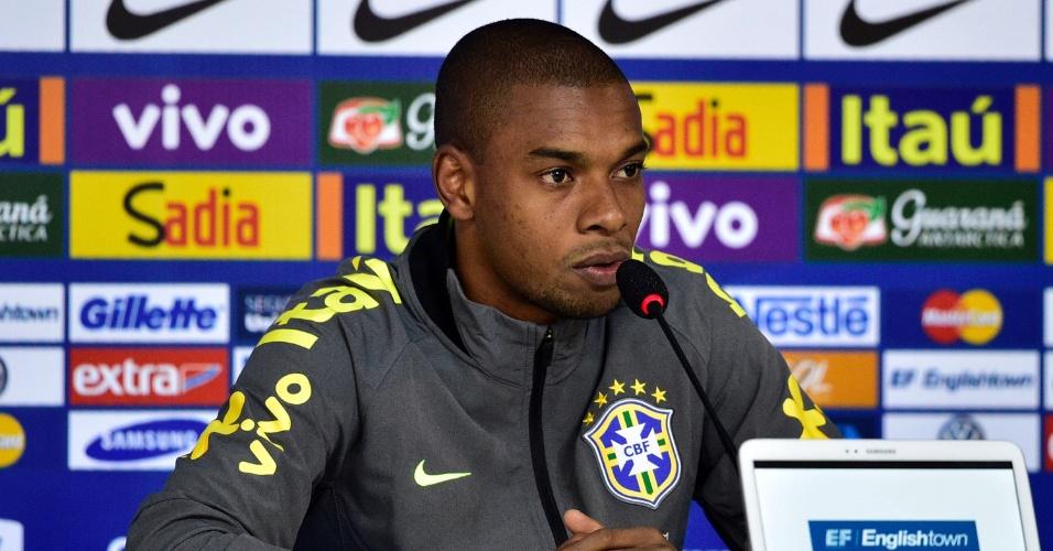 Fernandinho, volante da seleção brasileira, concede entrevista coletiva na Granja Comary