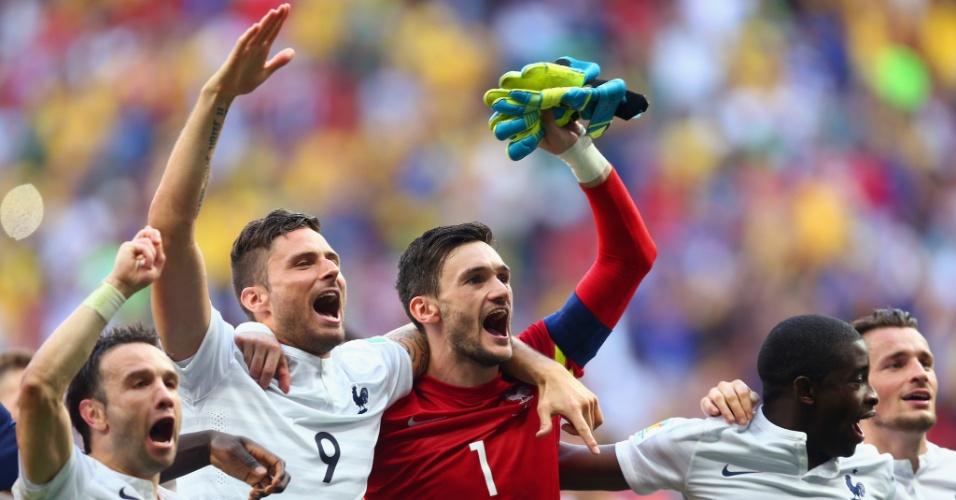 30.jun.2014 - Franceses comemoram a vitória sobre a Nigéria no Mané Garrincha e a classificação para as quartas de final da Copa do Mundo