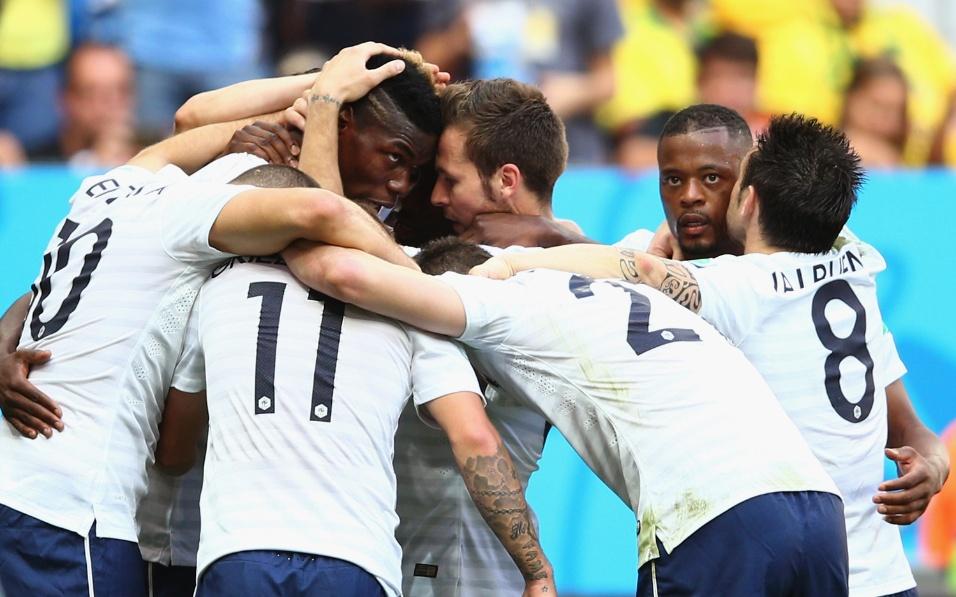 Franceses comemoram o gol de Pogba, que abriu o placar contra a Nigéria no Mané Garrincha