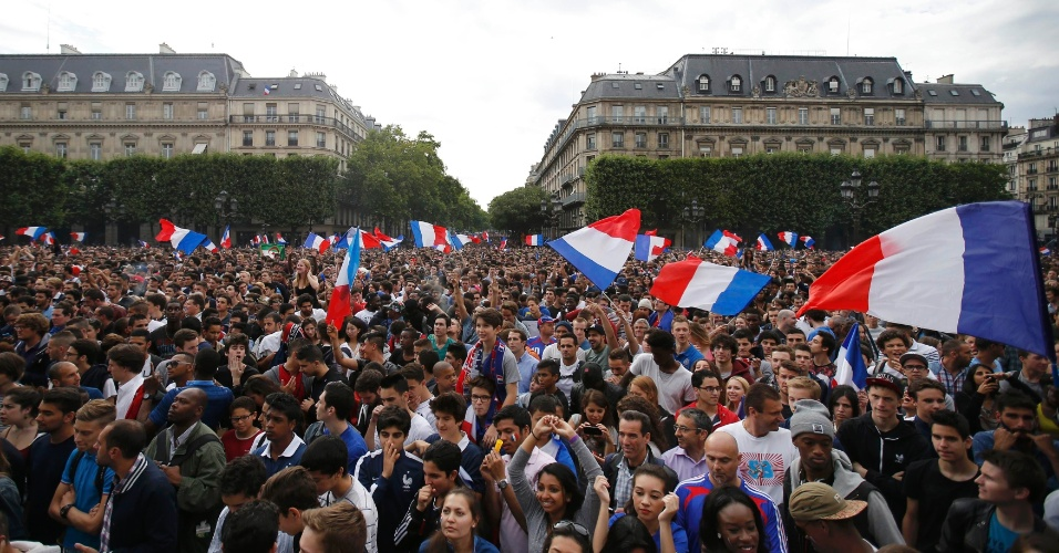Franceses se reúnem em Paris para assistir ao jogo contra a Nigéria