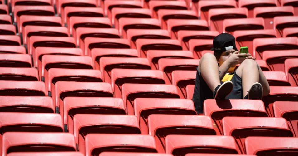 30.jun.2014 - Garoto mexe no celular antes da partida entre Nigéria e França