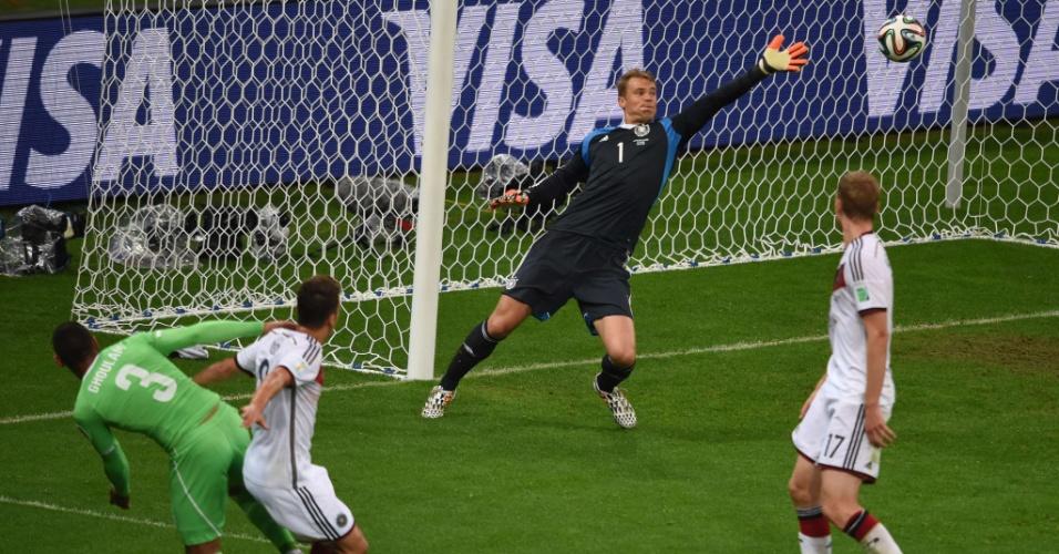 30.jun.2014 - Goleiro alemão Manuel Neuer se estica em lance que a Argélia quase marcou no Beira-Rio