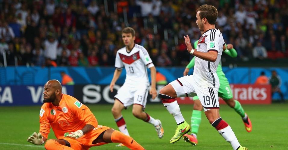 30.jun.2014 - Goleiro argelino Rais M'Bolhi sai no pé de Götze e impede o gol da Alemanha no Beira-Rio