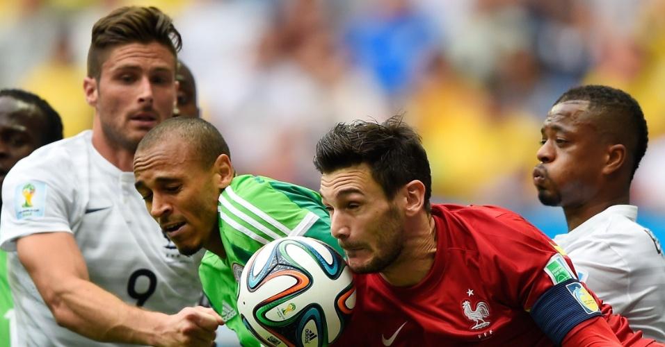 30.jun.2014 - Goleiro francês Hugo Lloris deixa o gol para fazer defesa na partida contra a Nigéria, no Mané Garrincha