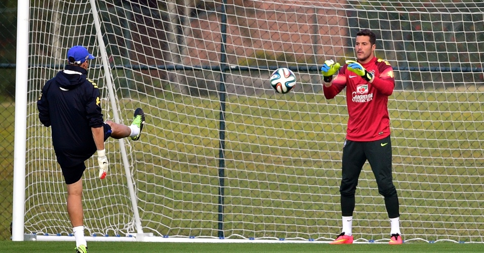 Júlio César participa do treino da seleção brasileira na Granja Comary. Atividade contou com os goleiros e os jogadores que não começaram a partida contra o Chile