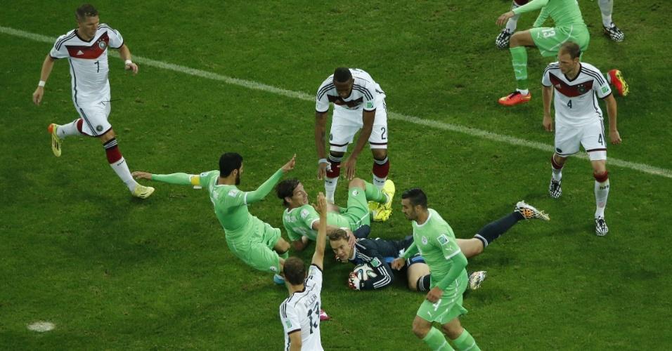 30.jun.2014 - Goleiro Neuer se atira no chão e impede a chegada dos atacantes argelinos no Beira-Rio