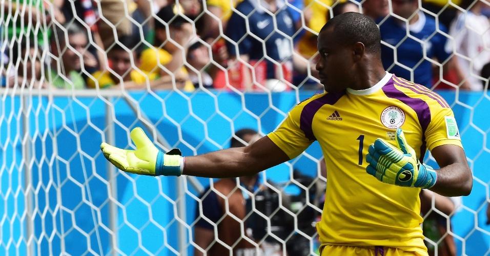 30.jun.2014 - Goleiro nigeriano Enyeama gesticula durante a partida contra a França, no Mané Garrincha
