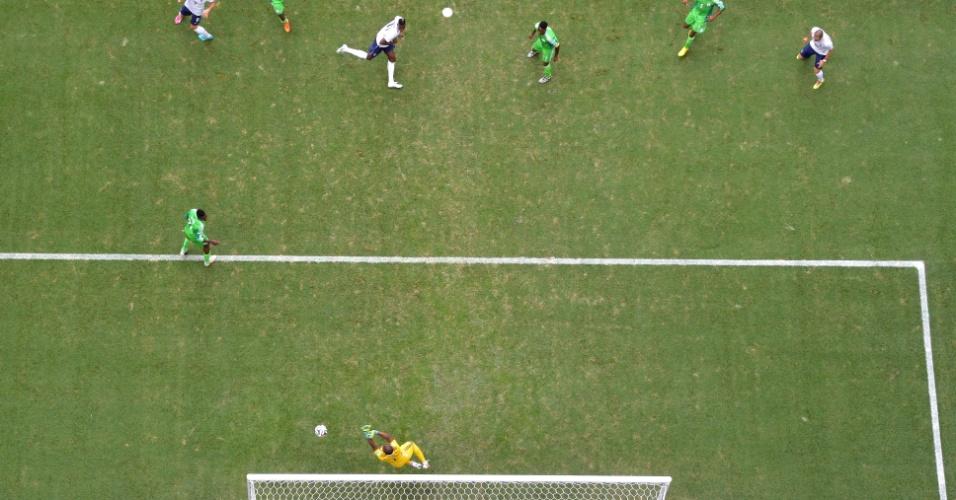 30.jun.2014 - Goleiro nigeriano Enyeama salva sua seleção após finalização forte de Pogba, da França, no Mané Garrincha