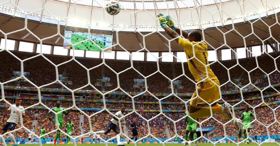 30.jun.2014 - Goleiro Vincent Enyeama, da Nigéria, faz grande defesa após bomba de Paul Pogba, da França, no Mané Garrincha