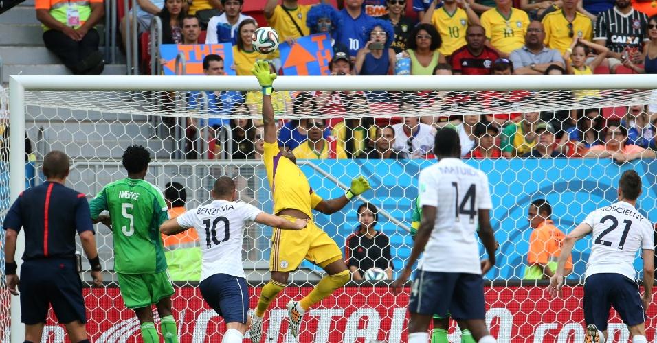 30.jun.2014 - Goleiro Vincent Enyeama, da Nigéria, faz grande defesa no final da partida contra a França, que venceu por 2 a 0 no Mané Garrincha