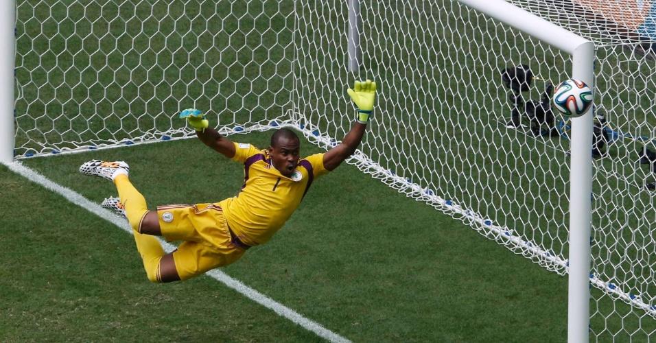 30.jun.2014 - Goleiro Vincent Enyeama, da Nigéria, voa para salvar sua equipe após finalização do francês Pogba, no Mané Garrincha