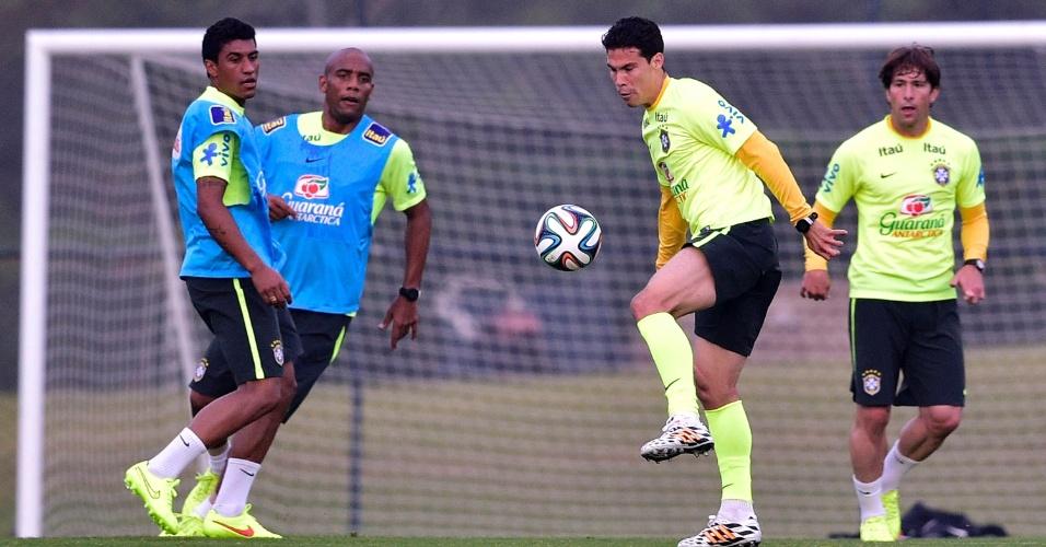 Hernanes domina a bola durante treino dos reservas da seleção brasileira na Granja Comary