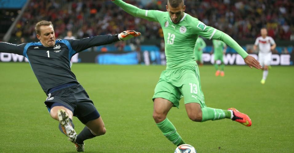 30.jun.2014 - Islam Slimani, da Argélia, domina a bola e o goleiro alemão Manuel Neuer precisa sair da área como zagueiro, no Beira-Rio