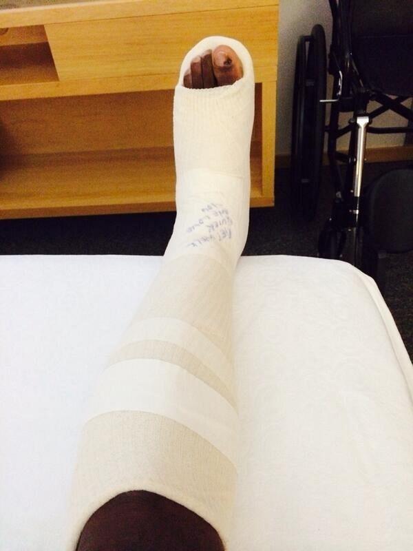 Jogador Onazi, da Nigéria, exibe perna imobilizada após entrada de Matuidi