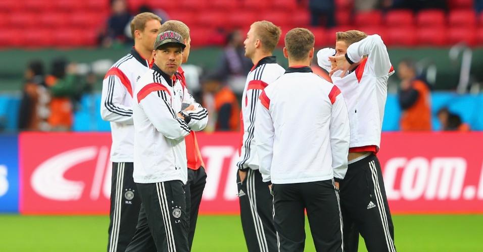 30.jun.2014 - Jogadores da Alemanha sobem ao gramado do Beira-Rio de agasalho antes do jogo contra a Argélia