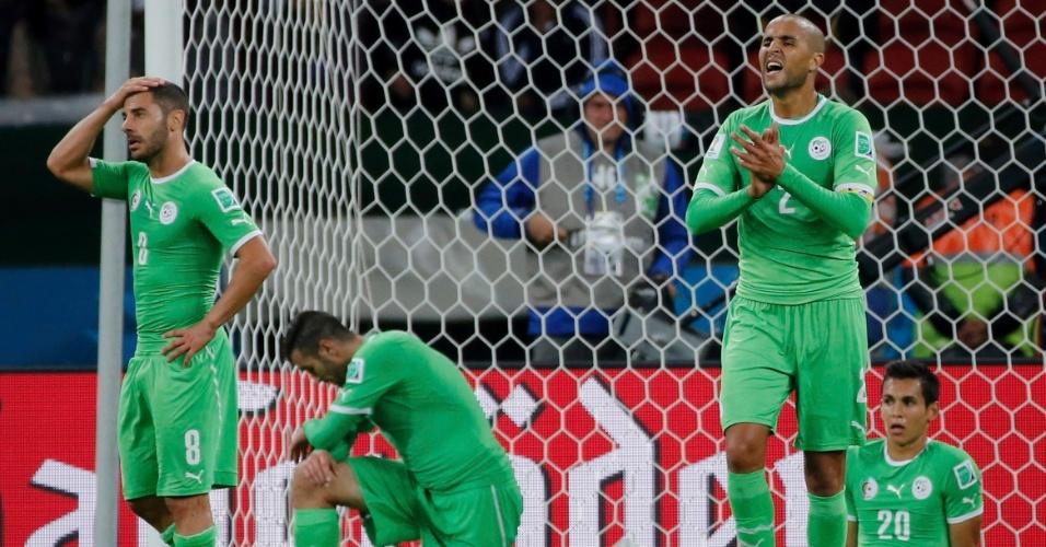 30.jun.2014 - Jogadores da Argélia tentam se recompor após levar o segundo gol da Alemanha na prorrogação. Os europeus venceram por 2 a 1 no Beira-Rio e avançaram para as quartas de final