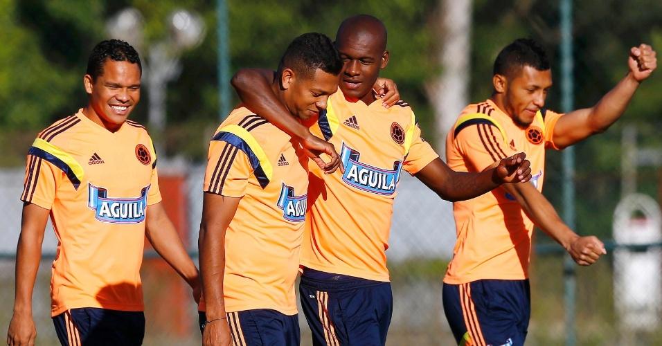 Jogadores da Colômbia mostram descontração em treino da equipe, em Cotia