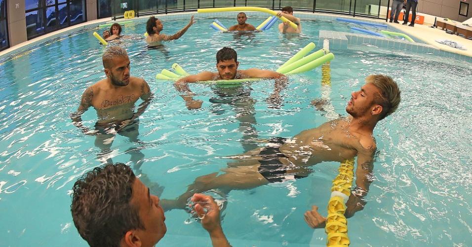 Jogadores titulares da seleção brasileira, entre eles Neymar (dir.), fizeram um trabalho regenerativo na piscina
