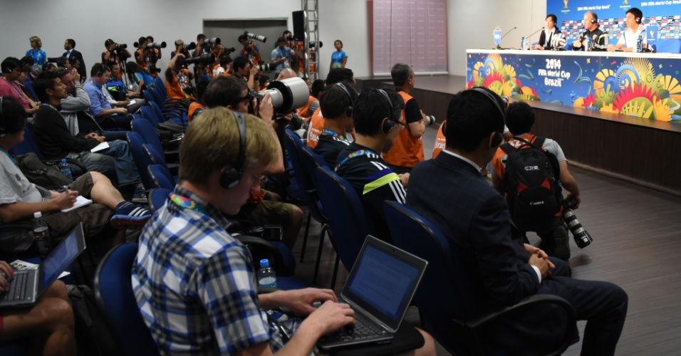 Jornalistas acompanham a coletiva de imprensa do técnico do Japão, Alberto Zaccheroni, depois da partida contra a Colômbia